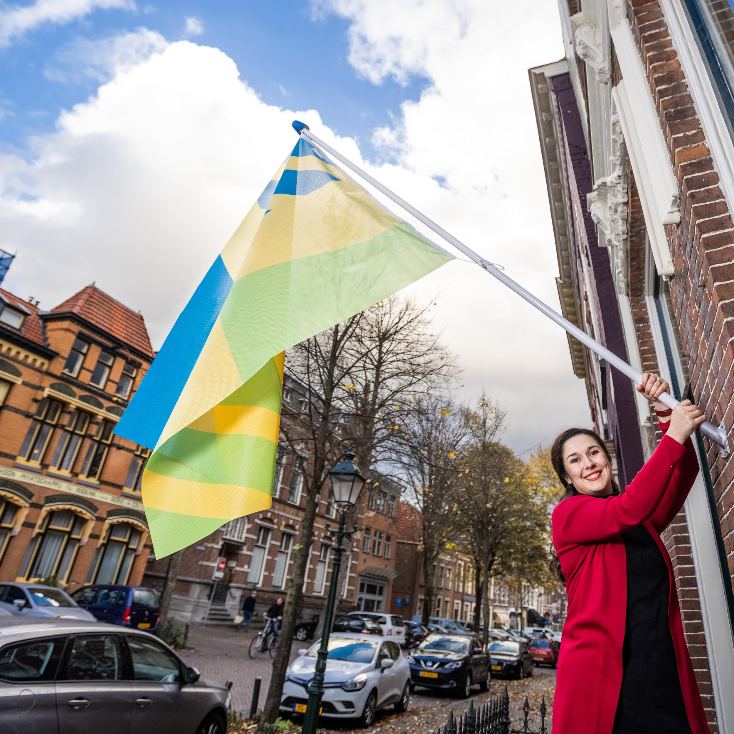 Vrouw met de mensenrechtenvlag in haar hand